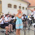 Zpěvačka Laďka Šťastná a orchestr